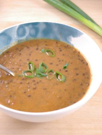 Schwarze Linsen-Kokos-Tomatensuppe