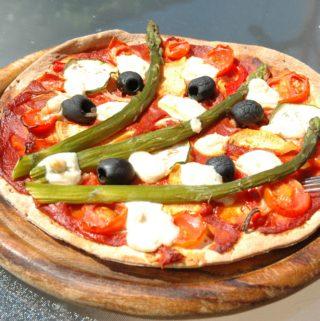 Schnelle, glutenfreie Wrap Pizza mit buntem Saisongemüse