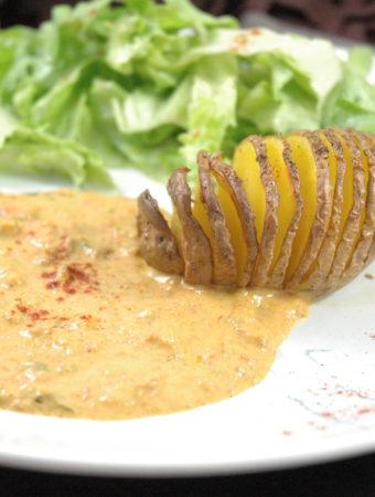 Knusprige Fächerkartoffeln an Paprikarahm und frischem Salat