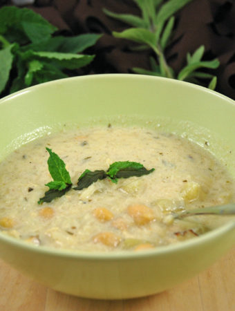 Vegane Joghurtsuppe mit Kichererbsen
